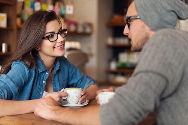 Couple Aimant à La Date Au Café Photo gratuit