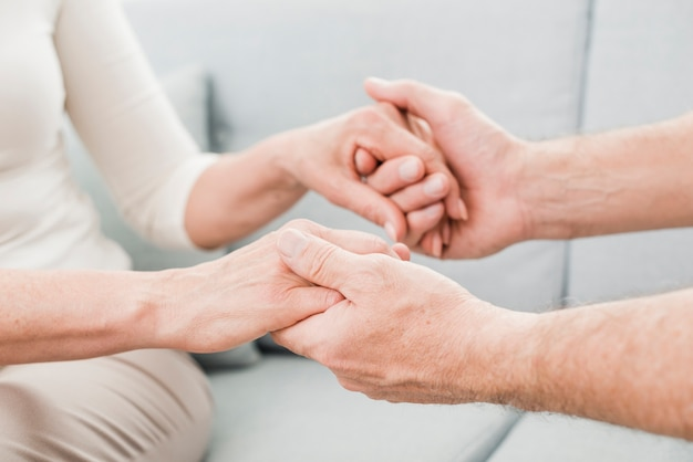 Couple Aîné étant Affectueux Les Uns Avec Les Autres Photo gratuit