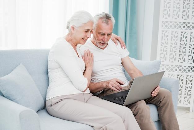 Couple D'aînés Utilisant Un Ordinateur Portable Photo gratuit