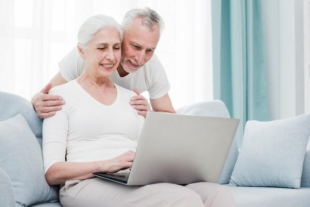 Couple D'aînés Utilisant Un Ordinateur Portable Photo Premium
