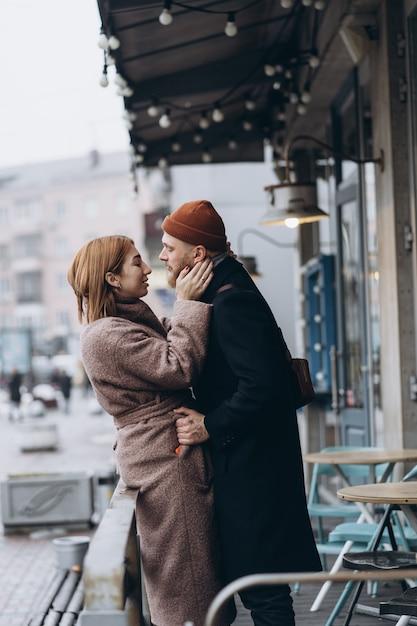 Couple D'amoureux Adultes Marchant Dans Une Rue Photo gratuit