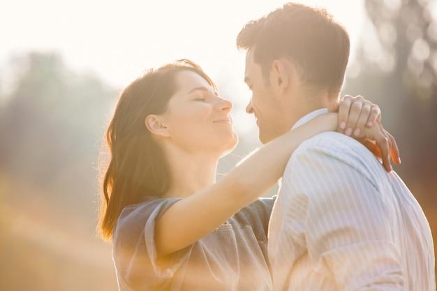 Couple Amoureux Appréciant Les Moments D'être Ensemble Photo gratuit