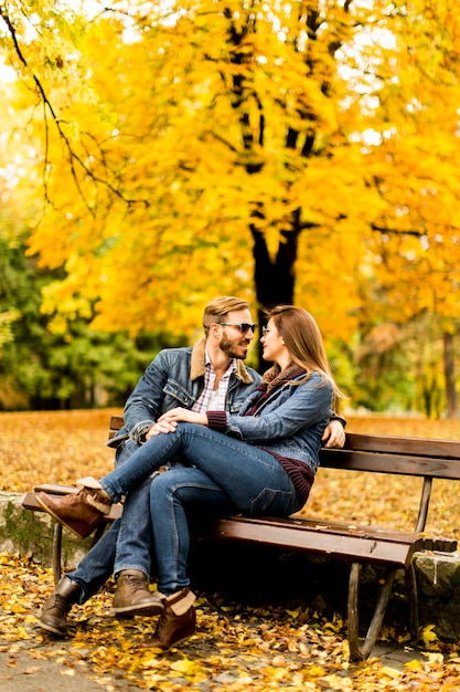 """Résultat de recherche d'images pour """"couple d'amoureux assis sur un banc"""""""