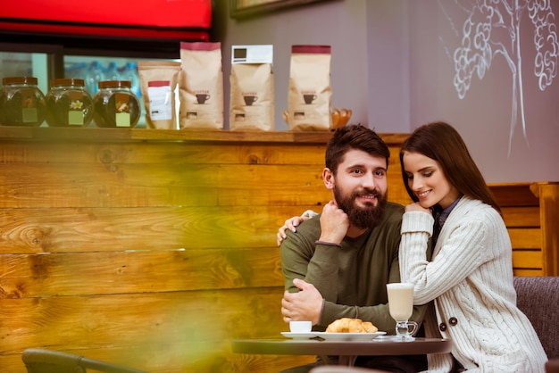 Couple d'amoureux assis dans un café. Photo Premium