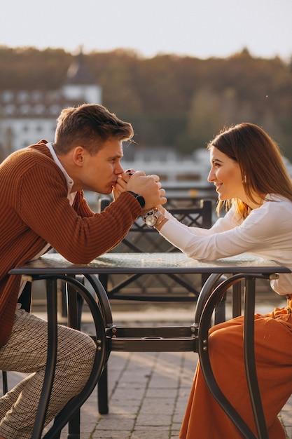 Couple amoureux au bord du lac Photo gratuit