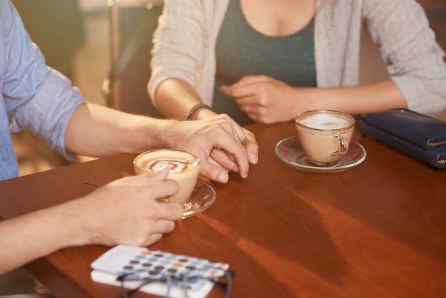 Couple d'amoureux au café Photo gratuit
