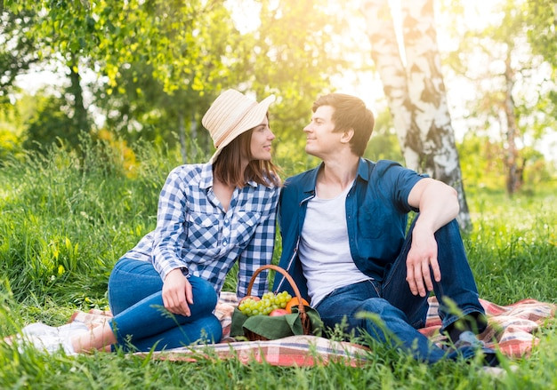 Couple amoureux au pique-nique dans le parc Photo gratuit