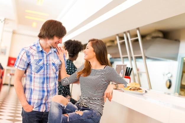 Couple d'amoureux au restaurant Photo Premium