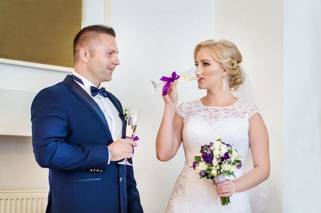 Couple amoureux buvant du champagne au bureau d'enregistrement Photo Premium