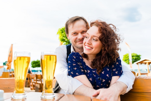 Couple amoureux câlinant dans le café en plein air Photo Premium