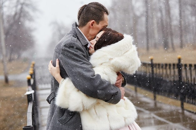 Couple amoureux câlins et bisous en automne Photo Premium