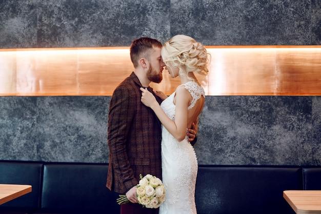 Couple amoureux câlins et bisous le jour du mariage Photo Premium