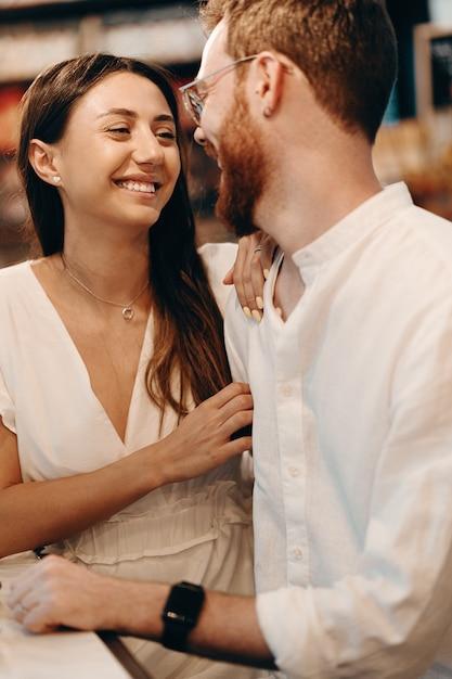 Couple D'amoureux Dans Un Café Photo Premium