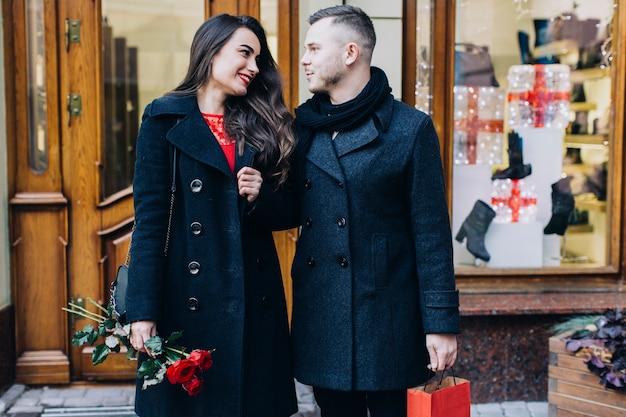 Couple D'amoureux à La Date Qui Posent à La Rue Photo gratuit
