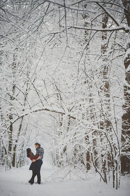 Couple D'amoureux Heureux. Activités Saisonnières En Plein Air. Capture De Style De Vie Photo Premium