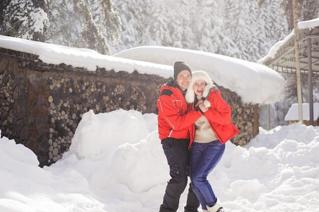 Couple Amoureux, Main Dans La Main Et Jouant Avec La Neige En Plein Air En Hiver. Photo Premium