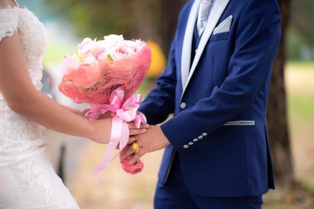 Couple amoureux main dans la main en plein air Photo Premium