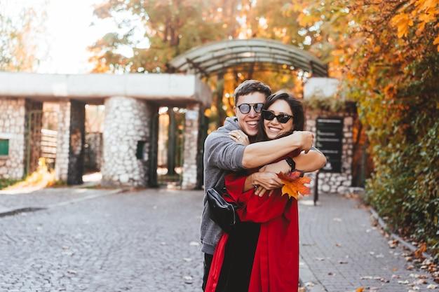 Couple amoureux marchant dans les rues d'automne Photo gratuit
