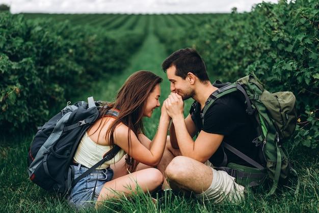 Couple Amoureux Et Mignon Dans La Nature Photo Premium