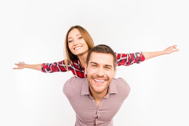Couple Amoureux A Ouvert Les Bras Comme Les Ailes D'un Avion Photo Premium
