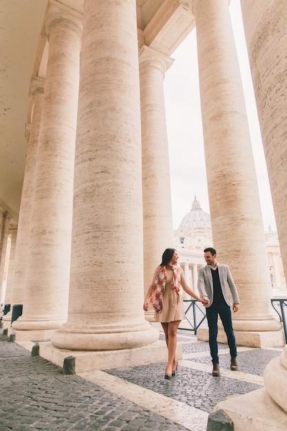 Couple d'amoureux sur la place saint-pierre au vatican Photo Premium