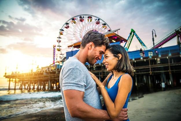 Couple Amoureux à La Plage Photo Premium