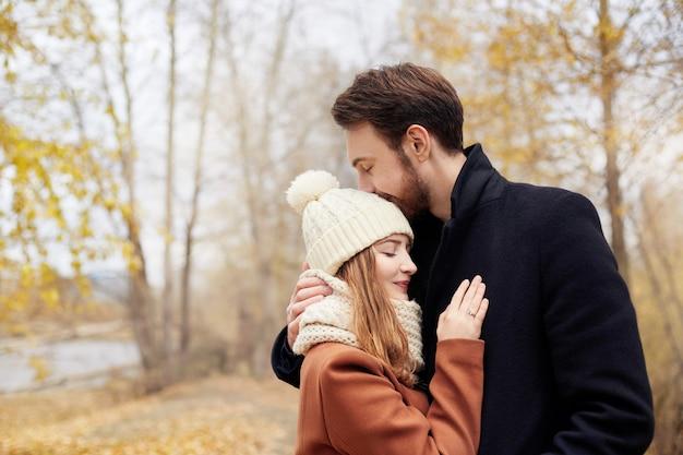 Couple amoureux, promenade dans le parc, saint valentin Photo Premium