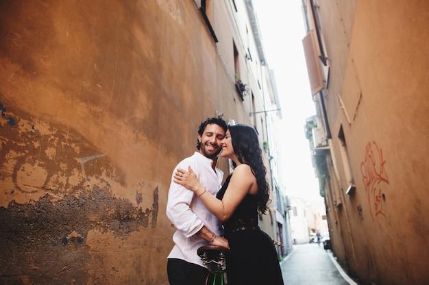 Couple d'amoureux s'appuyant doucement les uns contre les autres dans la vieille ville. Photo Premium
