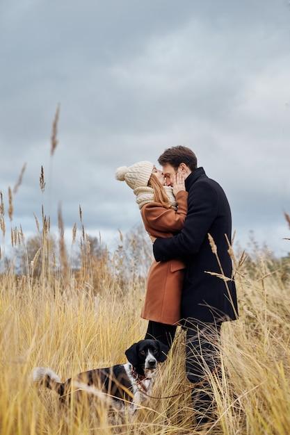 Couple amoureux s'embrassant dans le parc Photo Premium
