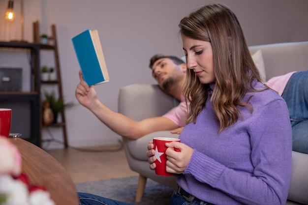 Couple amoureux se détendre à la maison Photo gratuit