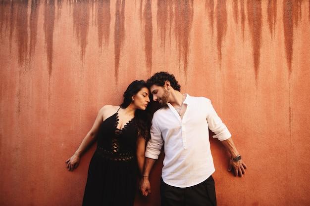 Couple amoureux se tiennent doucement la main, s'appuyant l'un contre l'autre Photo Premium
