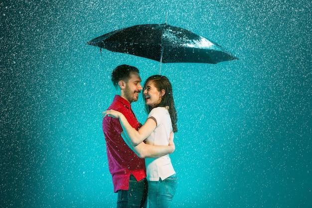 Le Couple Amoureux Sous La Pluie Photo gratuit