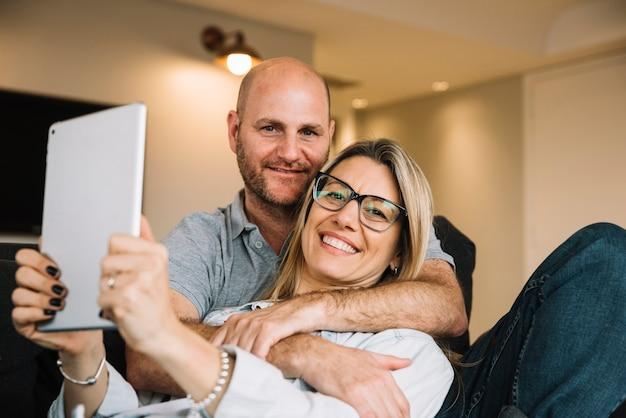 couple amoureux avec tablette