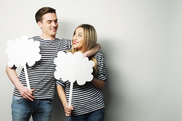 Couple amoureux tenant un papier vierge sur un bâton. Photo Premium