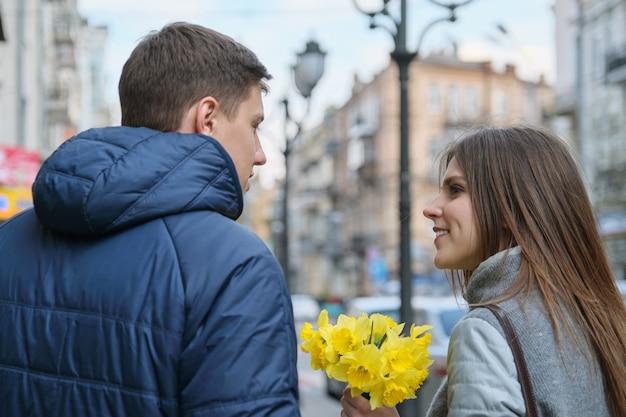 Couple amoureux en ville. Photo Premium