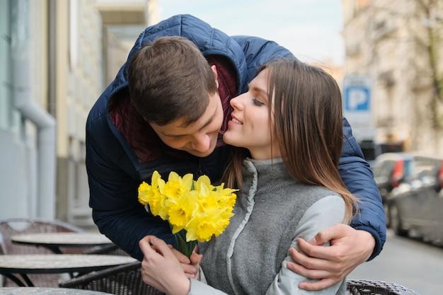 Couple amoureux en ville Photo Premium