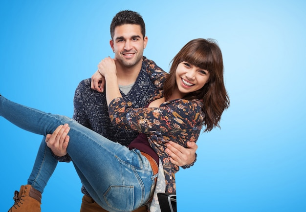 Couple amusant sur fond bleu Photo gratuit