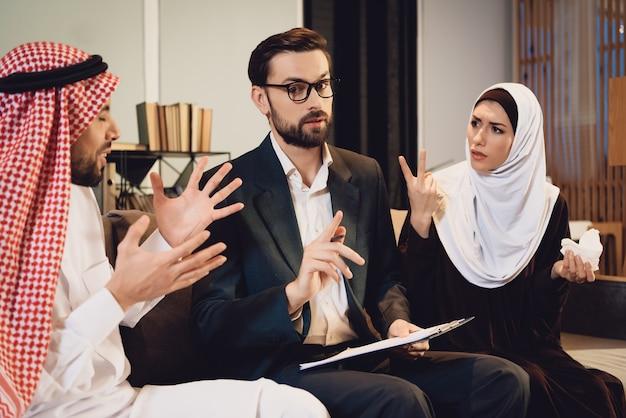 Couple arabe à la querelle de la réception du thérapeute Photo Premium