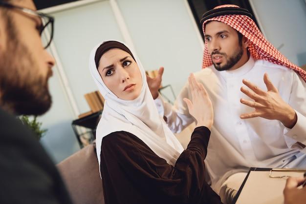 Couple arabe à la réception avec un thérapeute se disputer. Photo Premium