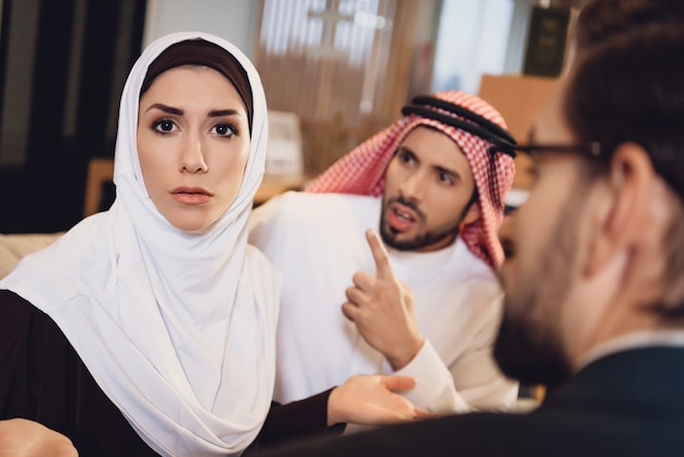 Couple arabe à la réception avec un thérapeute se disputer Photo Premium