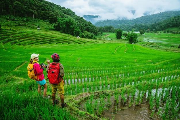 Couple asiatique dans la nature Photo Premium