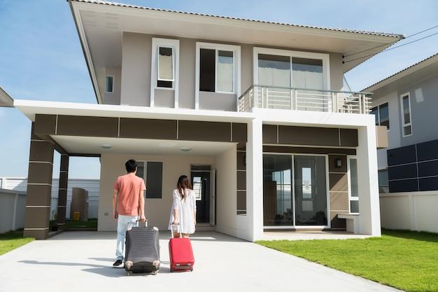 Couple asiatique déménage dans une nouvelle maison Photo Premium