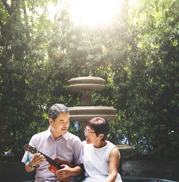 Couple Asiatique Jouant Le Concept De Bonheur Ukulélé Photo Premium