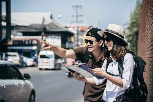 Couple asiatique, touriste, tenue, carte ville Photo gratuit