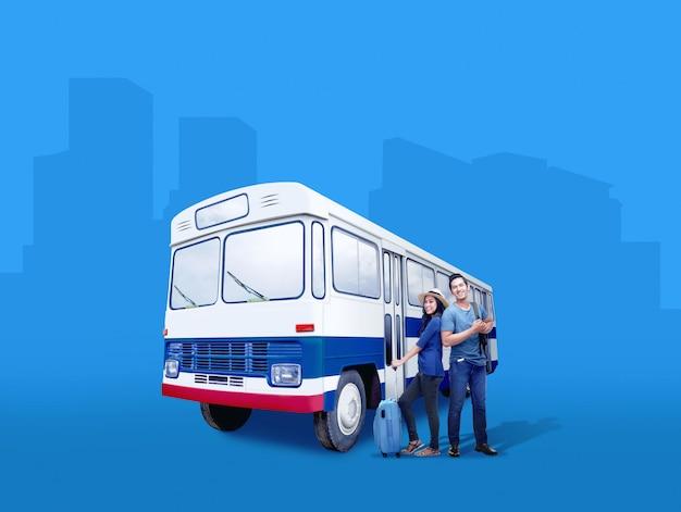 Couple asiatique avec valise et sac à dos, debout à côté de l'autobus Photo Premium