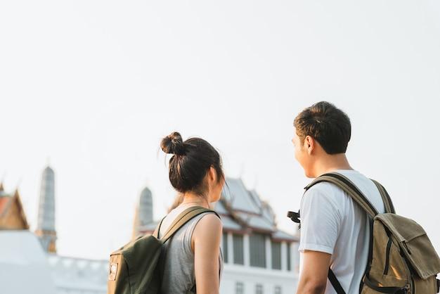 Couple asiatique de voyageurs voyageant et marchant à bangkok, thaïlande Photo gratuit