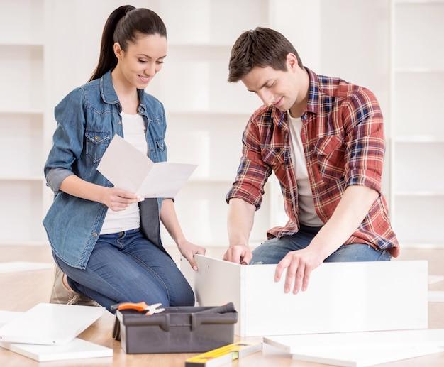 Couple assemblant des meubles à monter soi-même. Photo Premium