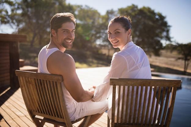 Couple assis sur une chaise en vacances safari Photo gratuit