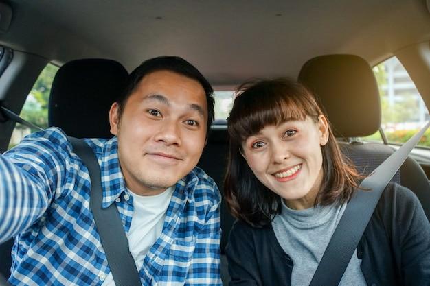 Couple Assis Dans Une Voiture Et Prendre Un Selfie Photo Premium