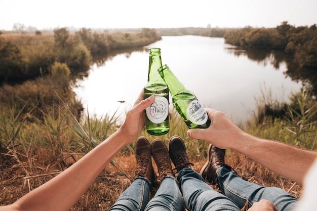 Couple assis près de boire de la bière Photo gratuit